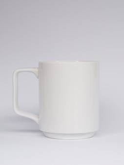 Arrangement avec une tasse sur fond blanc
