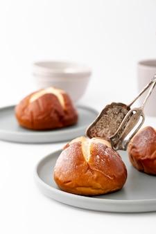 Arrangement des tasses et des assiettes avec des petits pains