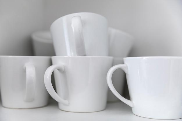Arrangement avec des tasses blanches