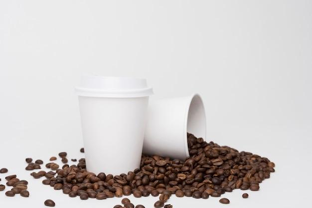 Arrangement avec tasses à café et haricots