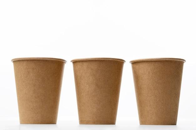 Arrangement avec tasses sur fond blanc