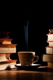 Arrangement de tasses et de livres
