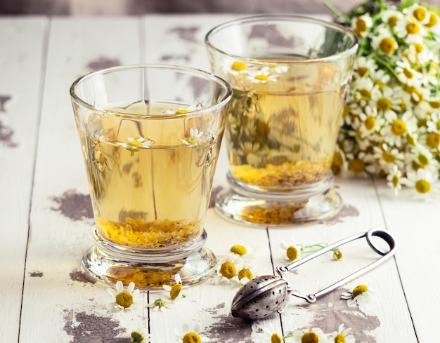Arrangement de tasses à thé à la camomille