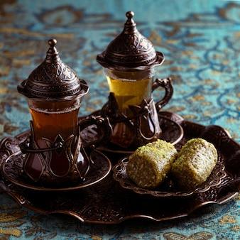Arrangement de tasses à thé avec dessert