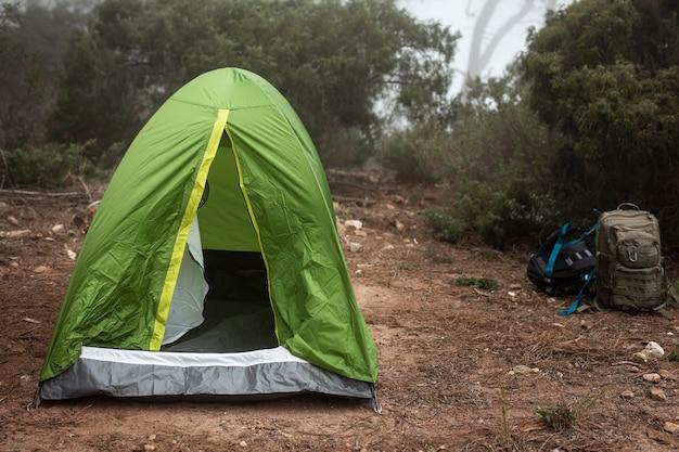 Arrangement avec tente verte dans la nature