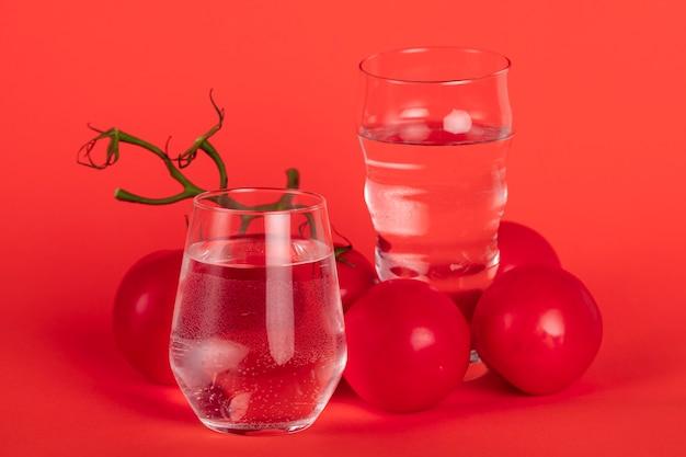 Arrangement avec des tomates sur fond rouge