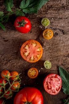 Arrangement de tomates savoureuses à plat