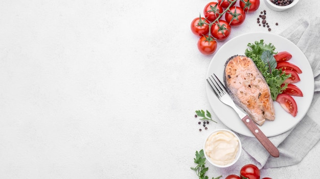 Arrangement de tranche coupée exotique de saumon aux fruits de mer
