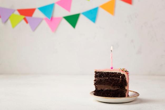 Arrangement avec une tranche de gâteau et des ornements