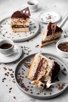 Arrangement de tranches de gâteau au chocolat
