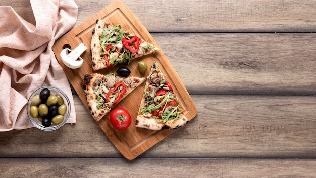 Arrangement de tranches de pizza vue de dessus