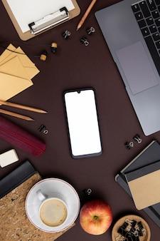 Arrangement de travail moderne avec téléphone vide