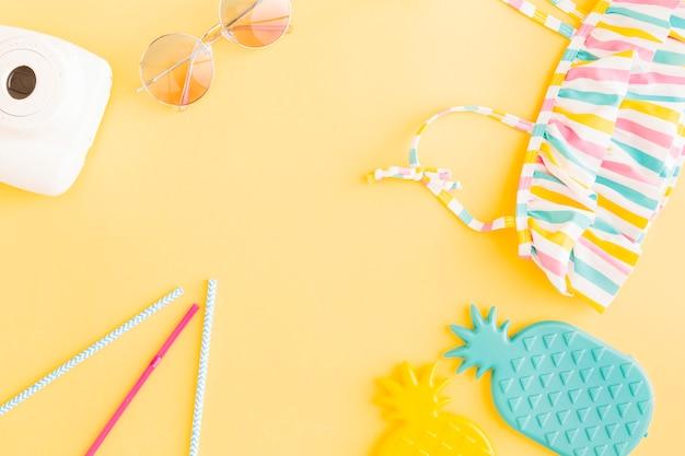 Arrangement de vacances de plage exotique sur fond jaune