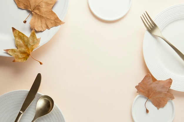 Arrangement de vaisselle élégante avec espace copie