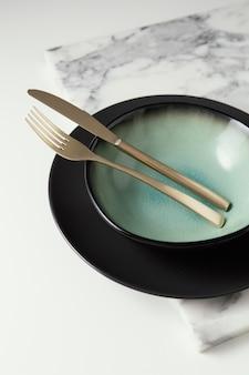 Arrangement de vaisselle élégante sur la table