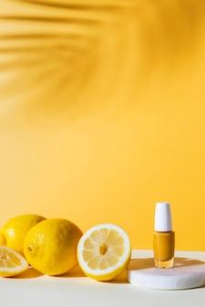 Arrangement avec vernis à ongles et citrons