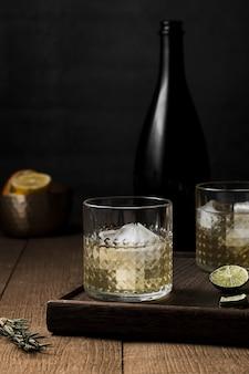Arrangement avec verre de boisson et bouteille