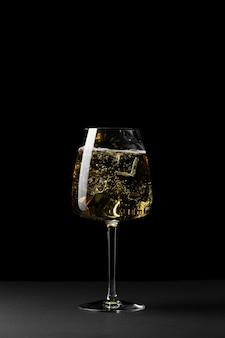 Arrangement avec verre et fond sombre