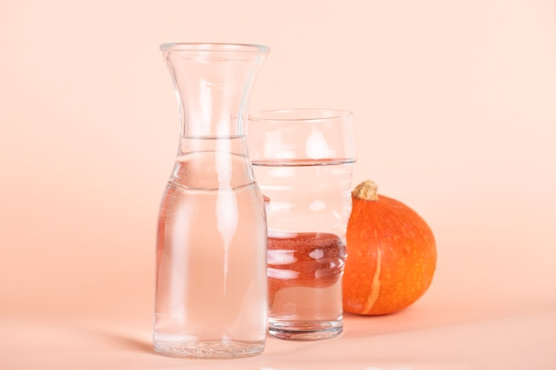 Arrangement avec des verres de différentes tailles et citrouille