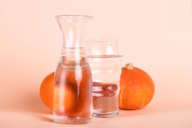 Arrangement avec des verres de tailles différentes et des citrouilles