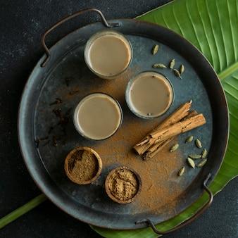 Arrangement avec verres à thé sur plateau plat poser
