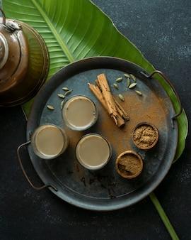 Arrangement avec verres à thé sur la vue de dessus du plateau