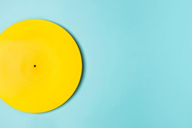 Arrangement de vinyle peint en jaune avec espace copie
