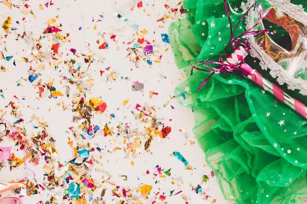 Arrangement de voile vert avec masque de mascarade