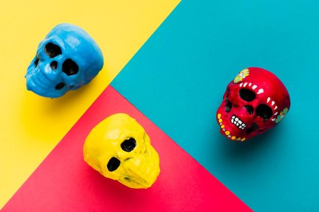 Arrangement de vue au-dessus avec des crânes colorés