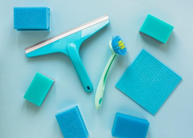 Arrangement de vue au-dessus avec des produits d'essuyage bleus
