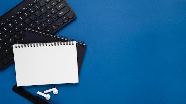 Arrangement de vue ci-dessus avec clavier et ordinateurs portables