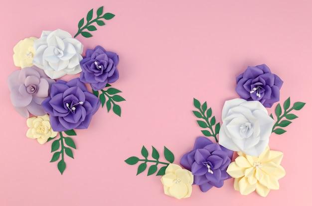 Arrangement de vue ci-dessus avec des fleurs en papier de printemps