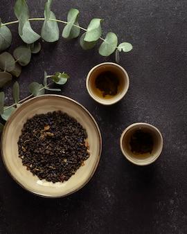 Arrangement de vue ci-dessus avec thé et herbes