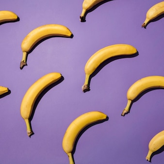Arrangement de vue de dessus des bananes biologiques
