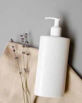 Arrangement de vue de dessus avec une bouteille de savon blanc