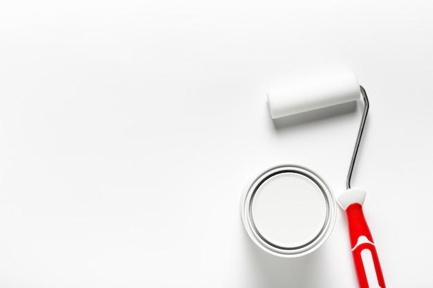 Arrangement de vue de dessus avec brosse à rouleau et pot de peinture