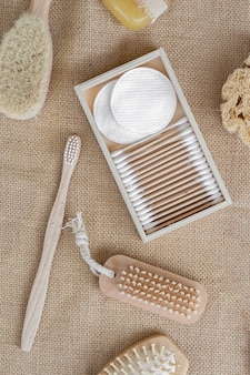 Arrangement vue de dessus brosses et tampons de coton