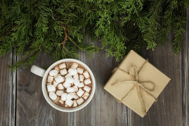 Arrangement de vue de dessus avec cadeau et boisson