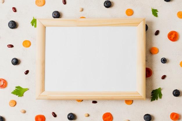 Arrangement de vue de dessus avec cadre et légumes