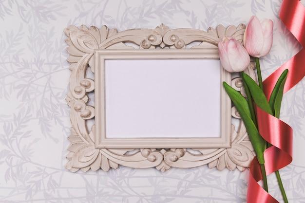 Arrangement de vue de dessus avec cadre et tulipes