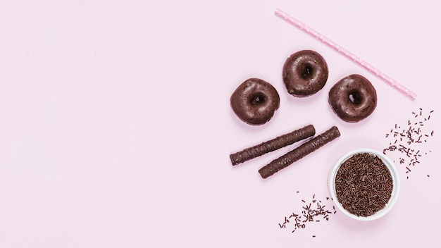 Arrangement de vue de dessus avec des délices de chocolat