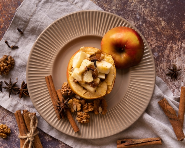 Arrangement vue de dessus avec de délicieux bâtons de pomme et de cannelle