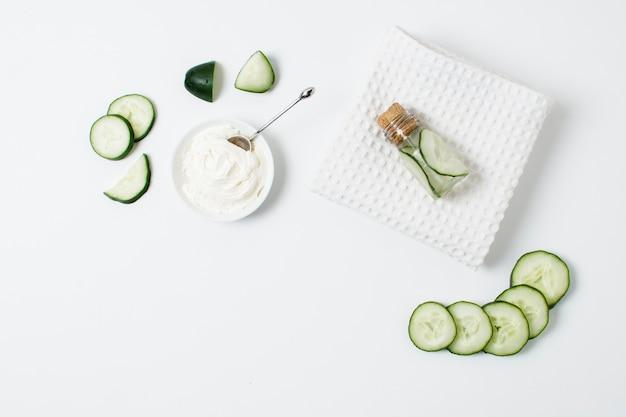 Arrangement vue de dessus avec du concombre tranché et de la crème