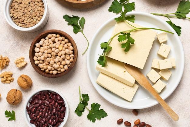 Arrangement de vue de dessus avec des graines et du fromage