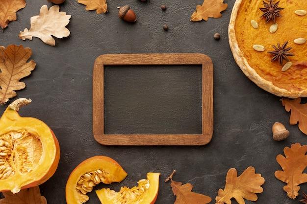 Arrangement de vue de dessus avec nourriture et cadre en bois