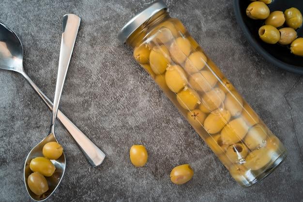 Arrangement de la vue de dessus avec des olives vertes
