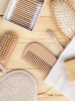 Arrangement vue de dessus avec peigne et brosse à dents