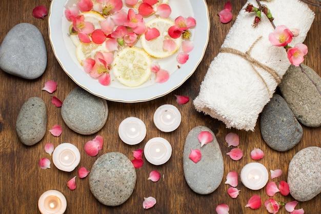 Arrangement vue de dessus avec des pétales et des pierres roses