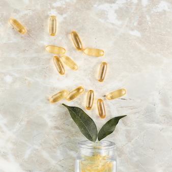 Arrangement de vue de dessus avec des pilules sur fond de marbre