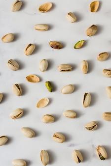 Arrangement de vue de dessus des pistaches biologiques